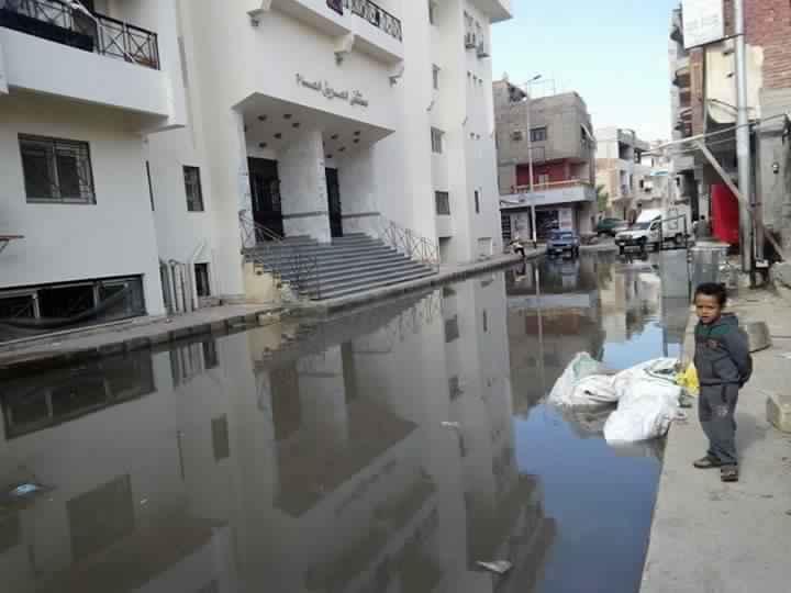 أهالى العريش يشكون غرق شارع المستشفى العام بمياه الأمطار ,