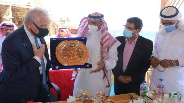أهالي دهب يقدمون درع لمحافظ جنوب سيناء لدوره البارز في التنمية