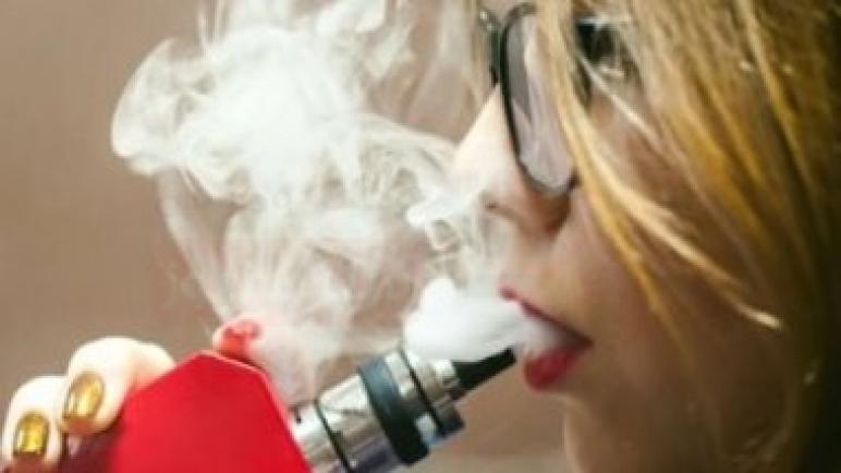 الصحة: السجائر الإلكترونية لا تساعد فى الإقلاع عن التدخين