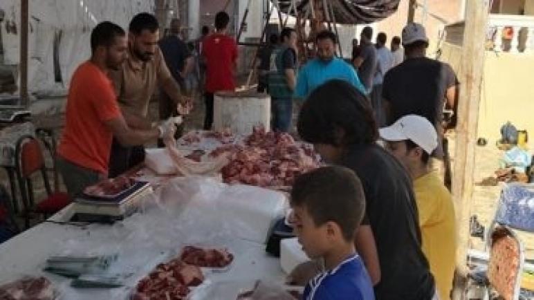 متطوعون يواصلون توزيع لحوم الأضاحى على المستحقين مجانا بشمال سيناء.. صور