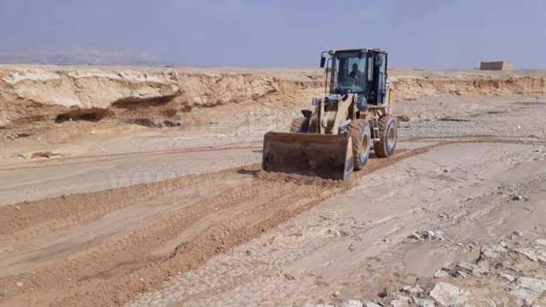 تواصل إصلاح الطرق المتضررة بسبب السيول بوسط سيناء (صور)